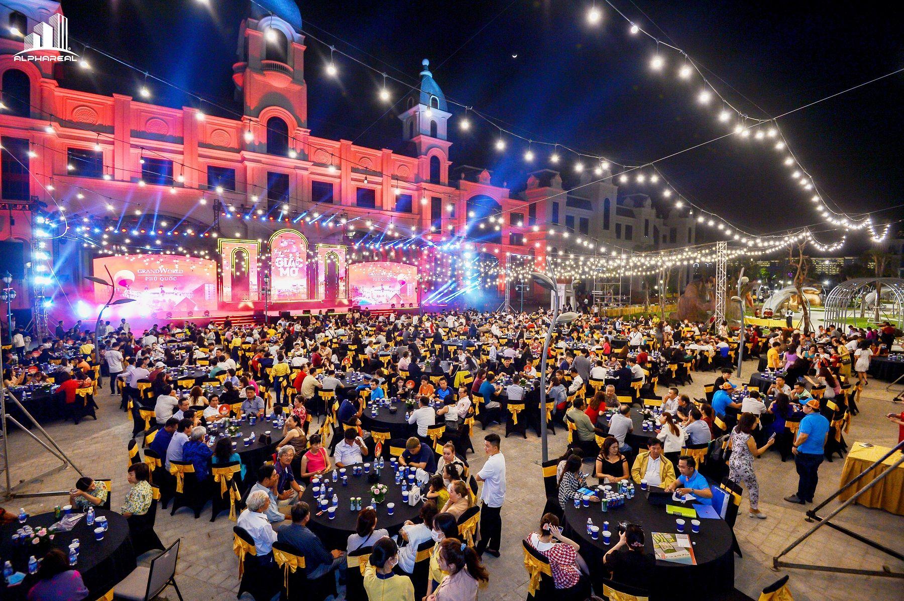 Hàng ngàn khách hàng tham dự sự kiện Grand Word thành phố của những giấc mơ.